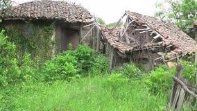 Velho e desmoronado esteve ao lado da casa abandonada vídeos de arquivo