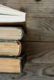 Velho e novos livros arranjados em seguido, vista superior das espinhas, fundo de madeira envelhecido, escola, educação, aprenden Fotografia de Stock