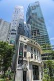 Velho na frente das construções altas novas e modernas foto de stock royalty free