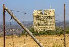Velho nenhum parque estadual de Chino Hills do sinal de Tresspassing imagem de stock