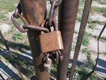 Velho, oxidado, corrente, cadeado, metal, grande, ferro, cerca, fundo, close up, sujo, de aço, segurança, segurança, porta, chave Imagens de Stock Royalty Free