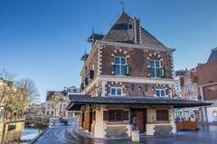 Velho pese a casa no centro histórico de Leeuwarden foto de stock