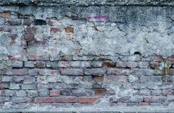Velho uma alvenaria com os tijolos levemente quebrados do vermelho Os emplastros são caídos em parte Alguns dos tijolos faltam fotografia de stock