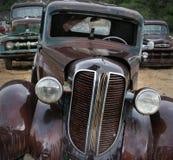 Velhos amigos que oxidam no Junkyard foto de stock