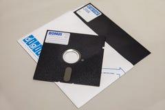 25 velhos de disco flexível com etiqueta disquetes de 25 e 8 polegadas isoladas no fundo claro Imagem de Stock Royalty Free
