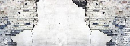 Velhos Textured emplastram a parede com tijolos e estuque das quebras que desintegra-se fotos de stock