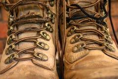 Velhos vestidos atam acima botas do trabalho foto de stock