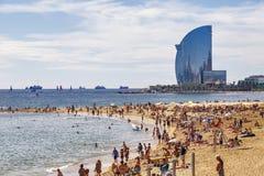 Veli della spiaggia e dell'hotel di Barceloneta Fotografia Stock Libera da Diritti