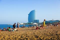 Veli della spiaggia e dell'hotel di Barceloneta nella sera di estate Barcellona Fotografia Stock Libera da Diritti