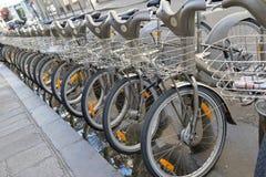 Velib cykel, ett cykelaktieprogram i Paris arkivbild