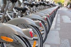 Velib cykelstation i Paris, Frankrike royaltyfria bilder
