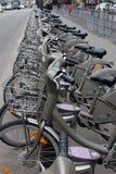 Velib cyklar i Paris, Frankrike royaltyfria bilder