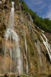 Veliki smäll - den största vattenfallet i Plitvice sjönationen Arkivfoto