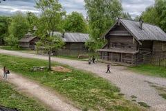 Velikiy Новгород, Россия - 23 05 2015: Типичный сельский дом в nort Стоковые Изображения