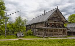 Velikiy Новгород, Россия - 23 05 2015: Типичный сельский дом в nort Стоковое Изображение RF