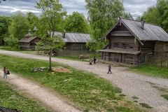 Velikiy Novgorod, Ρωσία - 23 05 2015: Χαρακτηριστική αγροικία στο nort Στοκ Εικόνες