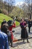 VELIKO TARNOVO, 04 APRIL 2015, een mensen speelmuziek met een bagpip stock fotografie