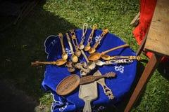 VELIKO TARNOVO, 04 APRIL 2015, Oude Houten Lepel, Middeleeuwse tijd op een lijst tijdens de Middeleeuwse markt in Veliko-tarnovo Royalty-vrije Stock Foto's