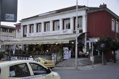 Veliko Tarnovo BG, am 15. August: Restaurantterrasse in der mittelalterlichen Stadt Veliko Tarnovo von Bulgarien Stockfotos