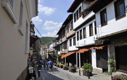 Veliko Tarnovo BG, Augusti 15th: Gammal gata av den medeltida staden Veliko Tarnovo från Bulgarien Arkivbild