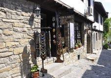 Veliko Tarnovo BG, Augusti 15th: Gammal gata av den medeltida staden Veliko Tarnovo från Bulgarien Royaltyfria Foton