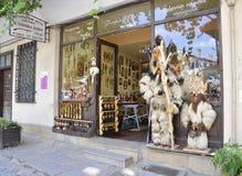 Veliko Tarnovo BG, Augusti 15th: Souvenir shoppar i den medeltida staden Veliko Tarnovo från Bulgarien Royaltyfri Bild