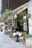 Veliko Tarnovo BG, 15 Augustus: Restaurantingang in de Middeleeuwse Stad Veliko Tarnovo van Bulgarije Stock Afbeelding