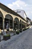 Veliko Tarnovo BG, o 15 de agosto: Rua velha da cidade medieval Veliko Tarnovo de Bulgária Imagem de Stock