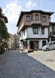 Veliko Tarnovo BG, o 15 de agosto: Rua velha da cidade medieval Veliko Tarnovo de Bulgária Imagens de Stock Royalty Free