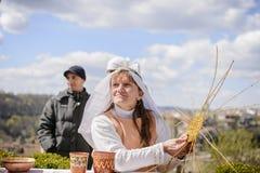 VELIKO TARNOVO, BUŁGARIA, KWIECIEŃ 04 2015, ładna dziewczyna demonstrują dlaczego wyplatać kosz z łozinowym w Veliko Tarnovo jarm Zdjęcia Royalty Free