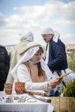 VELIKO TARNOVO, BUŁGARIA, KWIECIEŃ 04 2015, ładna dziewczyna demonstrują dlaczego wyplatać kosz z łozinowym w Veliko Tarnovo jarm Obraz Royalty Free