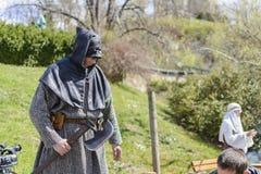 VELIKO TARNOVO, BULGÁRIA, o 4 de abril de 2015, executor que toma a pose e que faz a mostra para o turista na feira medieval foto de stock