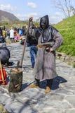 VELIKO TARNOVO, BULGARIEN am 4. April 2015 falscher Scharfrichter, der die Haltung nimmt und die Show für den Touristen an der mi Stockbild