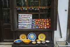 VELIKO TARNOVO, BULGARIEN - APRIL 03, 2015: Shoppa i den fot- gatan i den gamla staden, traditionella färgrika plattor är handgjo Royaltyfri Bild