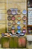 VELIKO TARNOVO, BULGARIEN - APRIL 03, 2015: Shoppa i den fot- gatan i den gamla staden, traditionella färgrika plattor är handgjo Arkivfoton
