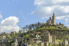 VELIKO TARNOVO, BULGARIEN, APRIL 04 2015, tsarevetsfästningen som besöker vid turisten i den medeltida mässan royaltyfri foto