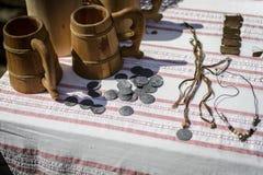 VELIKO TARNOVO, BULGARIJE, 04 APRIL 2015, tentoonstelling van oude middenleeftijdsmuntstukken, met andere juwelen Stock Foto's