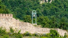 Veliko Tarnovo La vecchia campana sulla parete della fortezza Immagine Stock Libera da Diritti