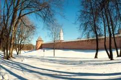 Veliky诺夫哥罗德州克里姆林宫在冬日在Veliky诺夫哥罗德州,俄罗斯,全景场面 免版税库存照片