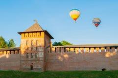 Veliky诺夫哥罗德克里姆林宫兹拉托乌斯特塔和飞行气球在Veliky诺夫哥罗德,俄罗斯 免版税图库摄影