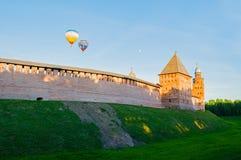Veliky诺夫哥罗德克里姆林宫在Veliky诺夫哥罗德,俄罗斯耸立并且迅速增加在堡垒上的飞行 免版税库存照片