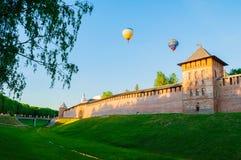 Veliky诺夫哥罗德克里姆林宫堡垒在Veliky诺夫哥罗德,俄罗斯在天空中耸立并且迅速增加飞行 库存图片