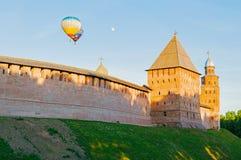 Veliky诺夫哥罗德克里姆林宫堡垒在Veliky诺夫哥罗德,俄罗斯耸立并且迅速增加在堡垒上的飞行 图库摄影