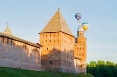 Veliky诺夫哥罗德克里姆林宫堡垒在Veliky诺夫哥罗德,俄罗斯耸立并且迅速增加飞行在堡垒 免版税库存图片
