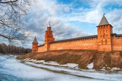 Veliky诺夫哥罗德州克里姆林宫塔在早期的春天晚上在Veliky诺夫哥罗德州,俄罗斯,全景 库存图片