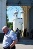 Veliky诺夫哥罗德州,俄罗斯,2018年5月 离开在从修道院的教会的大量以后的香客 免版税库存图片