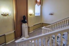 Veliky诺夫哥罗德美术馆内部与纪念碑的对俄国皇帝亚历山大二世在大厅里 库存照片