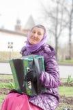 VELIKY诺夫哥罗德,俄罗斯- 5月13日:妇女播放bayan在克里姆林宫墙壁,俄罗斯- 2017年5月13日 库存图片