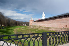 VELIKY НОВГОРОД, РОССИЯ - 13-ОЕ МАЯ: Башни крепости Кремля, РОССИИ - 13-ое мая 2017 Стоковые Изображения