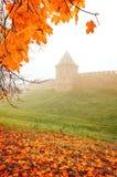 Veliky Novgorod, Ρωσία, άποψη φθινοπώρου Πύργος του Κρεμλίνου Novgorod στην ομίχλη φθινοπώρου Στοκ φωτογραφία με δικαίωμα ελεύθερης χρήσης